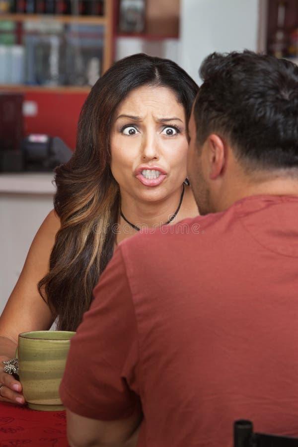 Mulher furioso no café fotografia de stock royalty free