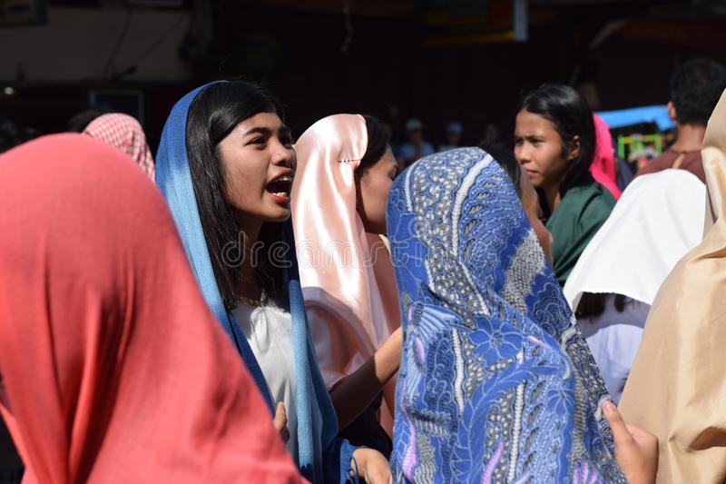 A mulher furioso que persegue Jesus Christ que cheering, debochante entre a multidão, drama da rua, a comunidade comemora o Sexta fotos de stock