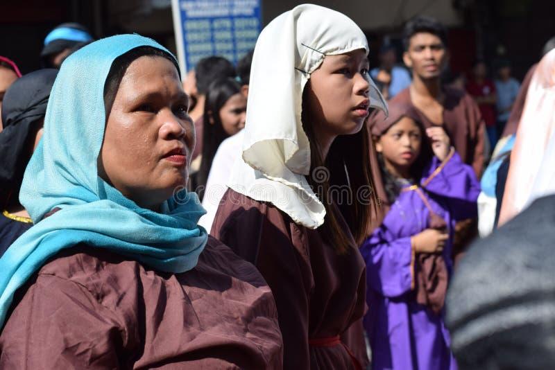 A mulher furioso que persegue Jesus Christ que cheering, debochante entre a multidão, drama da rua, a comunidade comemora o Sexta imagem de stock