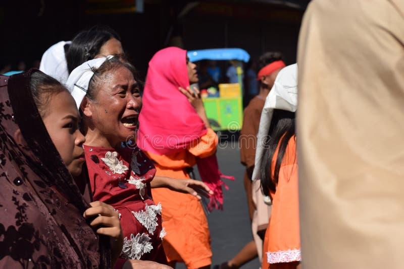 A mulher furioso que persegue Jesus Christ que cheering, debochante entre a multidão, drama da rua, a comunidade comemora o Sexta imagens de stock royalty free