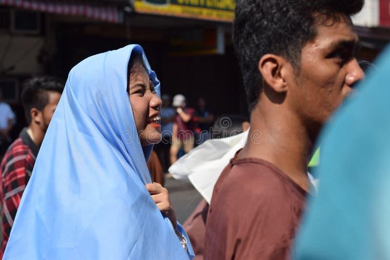 A mulher furioso que persegue Jesus Christ que cheering, debochante entre a multidão, drama da rua, a comunidade comemora o Sexta imagens de stock