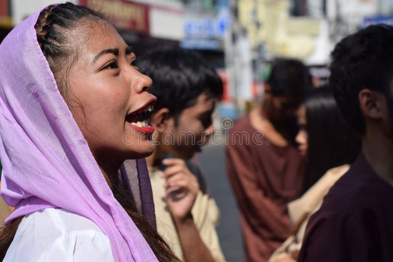 A mulher furioso que persegue Jesus Christ que cheering, debochante entre a multidão, drama da rua, a comunidade comemora o Sexta foto de stock royalty free