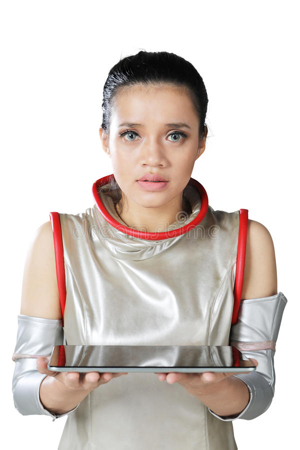 Mulher futurista que guarda uma tabuleta digital foto de stock