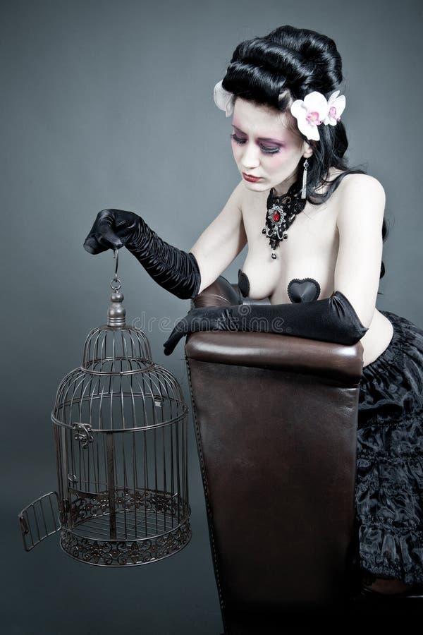 Mulher gótico com um birdcage vazio imagens de stock royalty free
