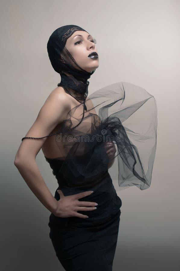 Mulher gótico de Glamoure no vestido preto imagem de stock