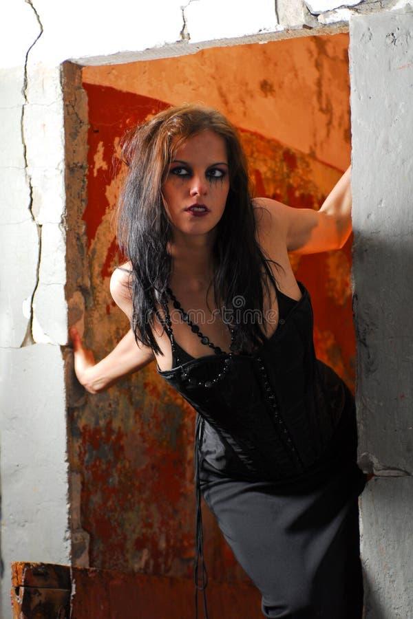 Mulher gótico na entrada imagem de stock royalty free