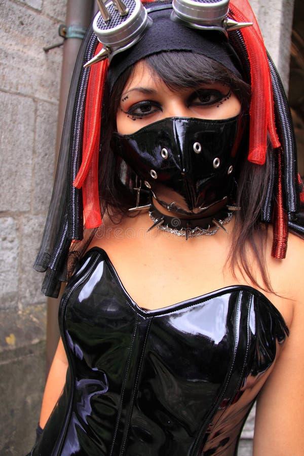 Mulher gótico que desgasta o vestido preto do pvc imagens de stock royalty free