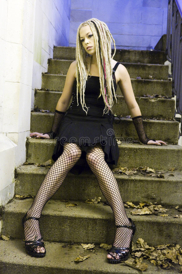 Mulher gótico que senta-se em etapas fotografia de stock royalty free