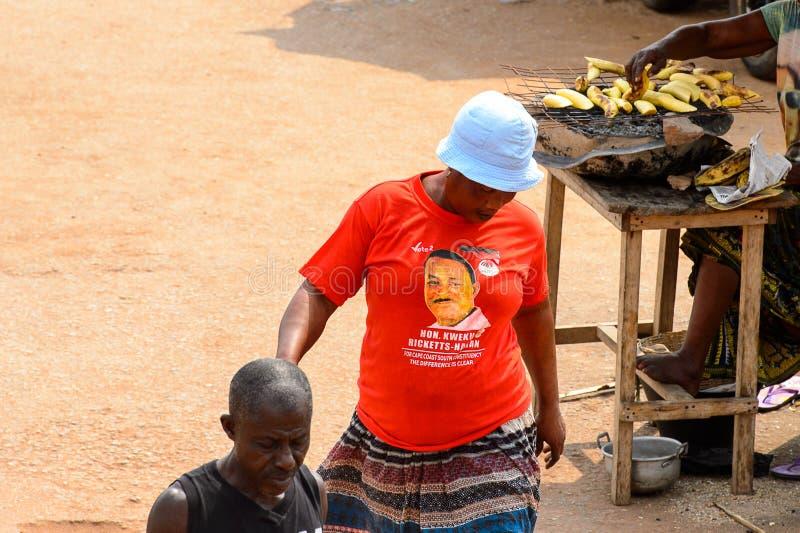 A mulher ganesa não identificada na camisa e em Panamá vermelhas olha para baixo foto de stock