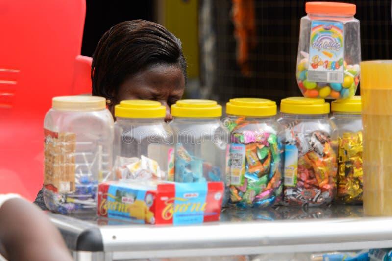 A mulher ganesa não identificada senta-se atrás do contador dos doces fotos de stock royalty free