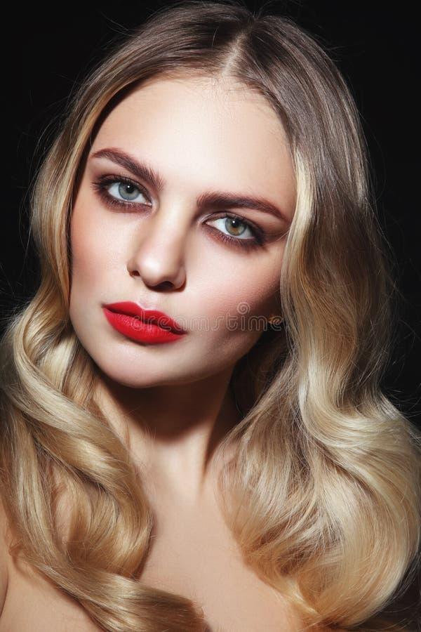 Mulher glamoroso bonita com a vira-lata vermelha do batom e do louro imagem de stock royalty free