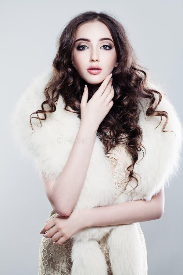 Mulher glamoroso da forma no vestido de noite luxuoso imagem de stock royalty free