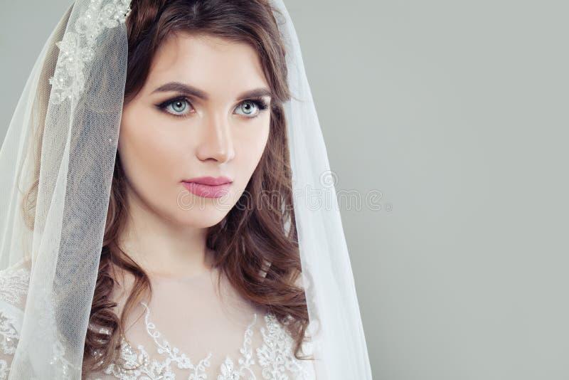 Mulher glamoroso da noiva com composição e véu imagem de stock