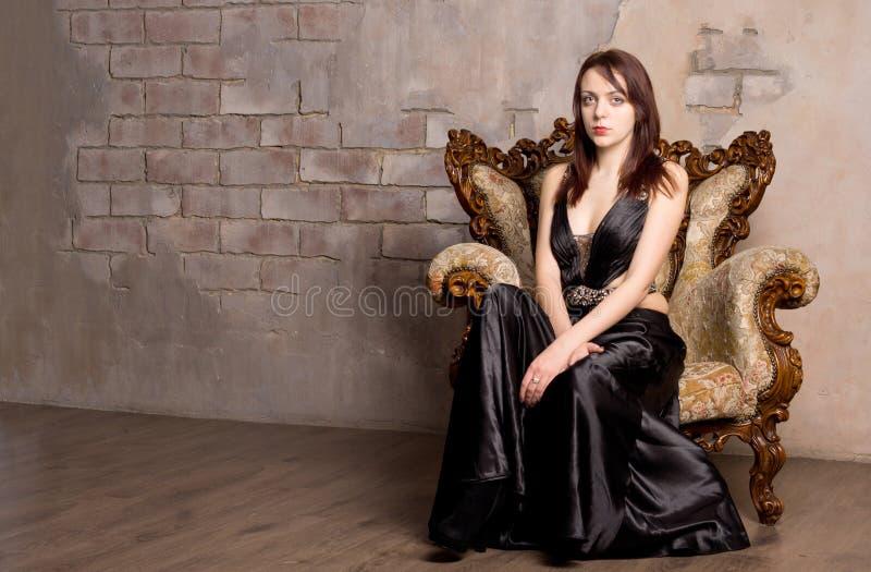 Mulher glamoroso em um vestido de noite foto de stock