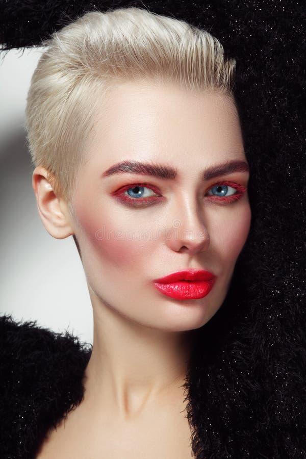 Mulher glamoroso loura da platina bonita nova com rímel vermelho fotos de stock