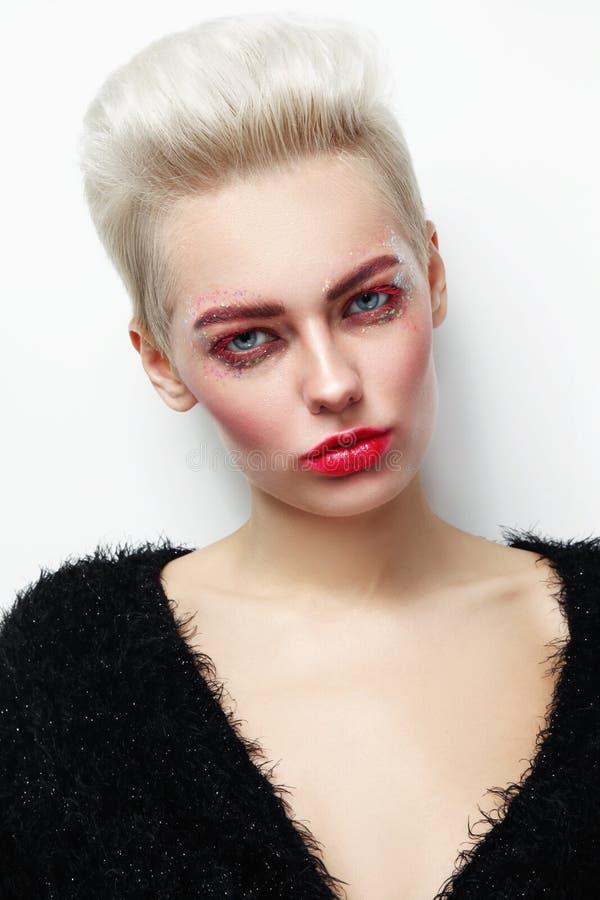 Mulher glamoroso loura da platina bonita nova com rímel vermelho foto de stock royalty free