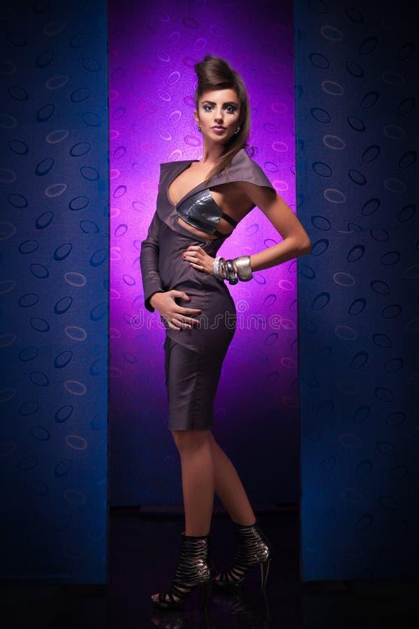 Mulher glamoroso no fundo roxo azul fotos de stock royalty free