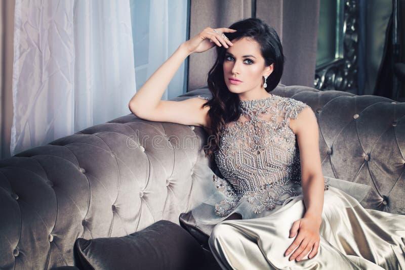 Mulher glamoroso no interior da celebridade imagens de stock