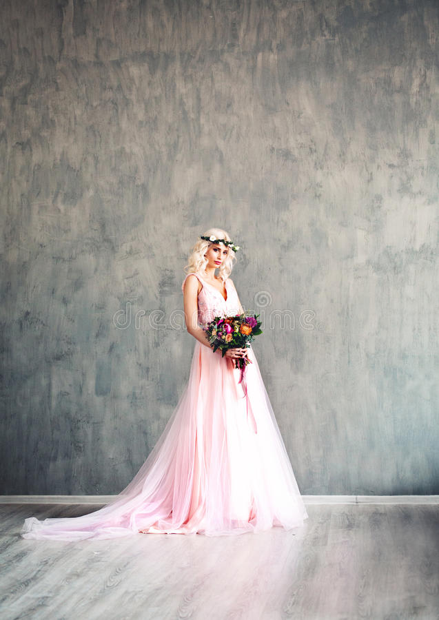 Mulher glamoroso no levantamento elegante do vestido fotografia de stock