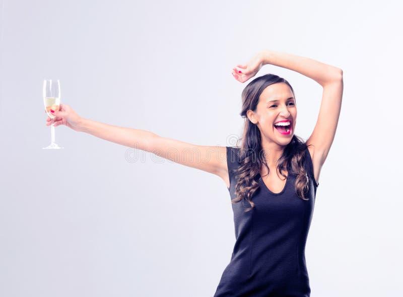 Mulher glamoroso que guarda o vidro do champanhe do vinho espumante foto de stock royalty free