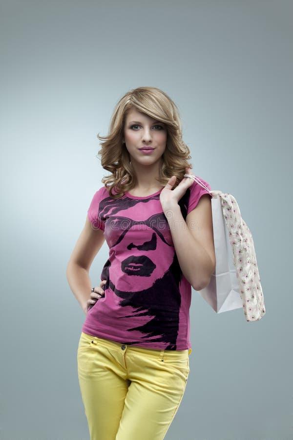 Mulher glamoroso que levanta a cor-de-rosa fotos de stock