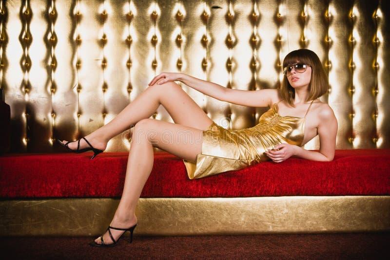 Mulher Glamourous nos vidros e no vestido do short imagem de stock