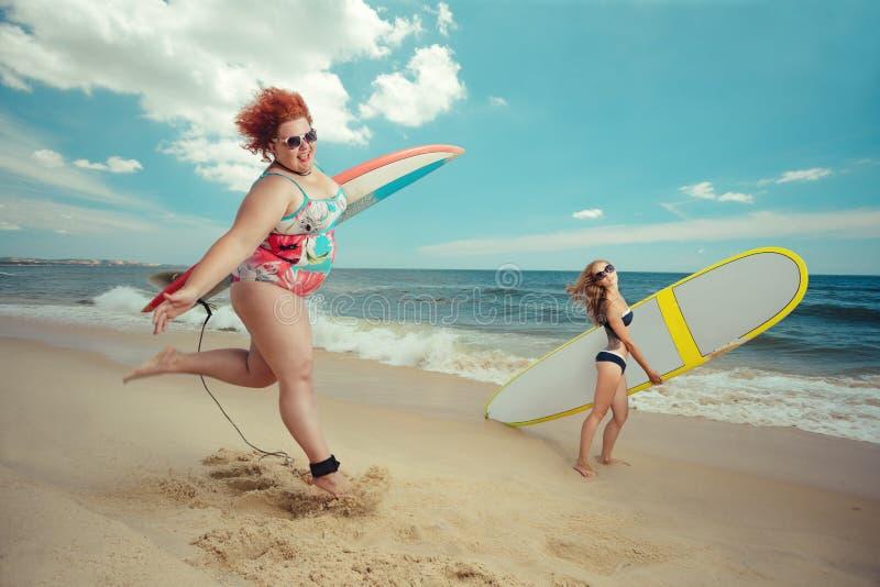Mulher gorda com a prancha fotos de stock royalty free