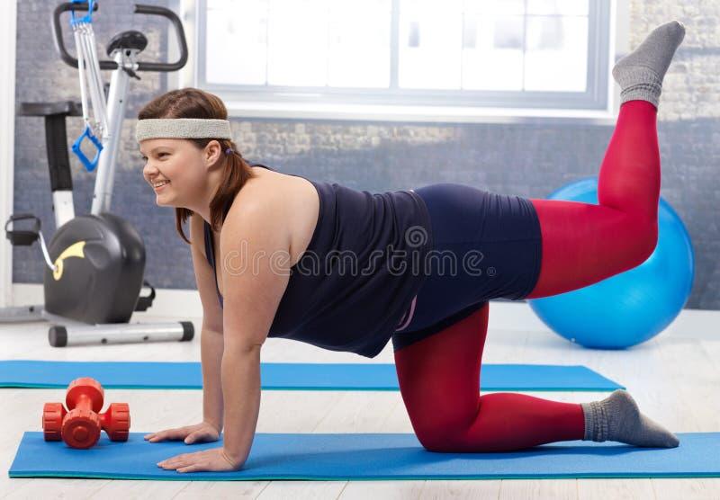 Mulher gorda feliz que faz a ginástica fotografia de stock royalty free