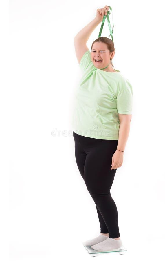 Mulher gorda na máquina de peso foto de stock
