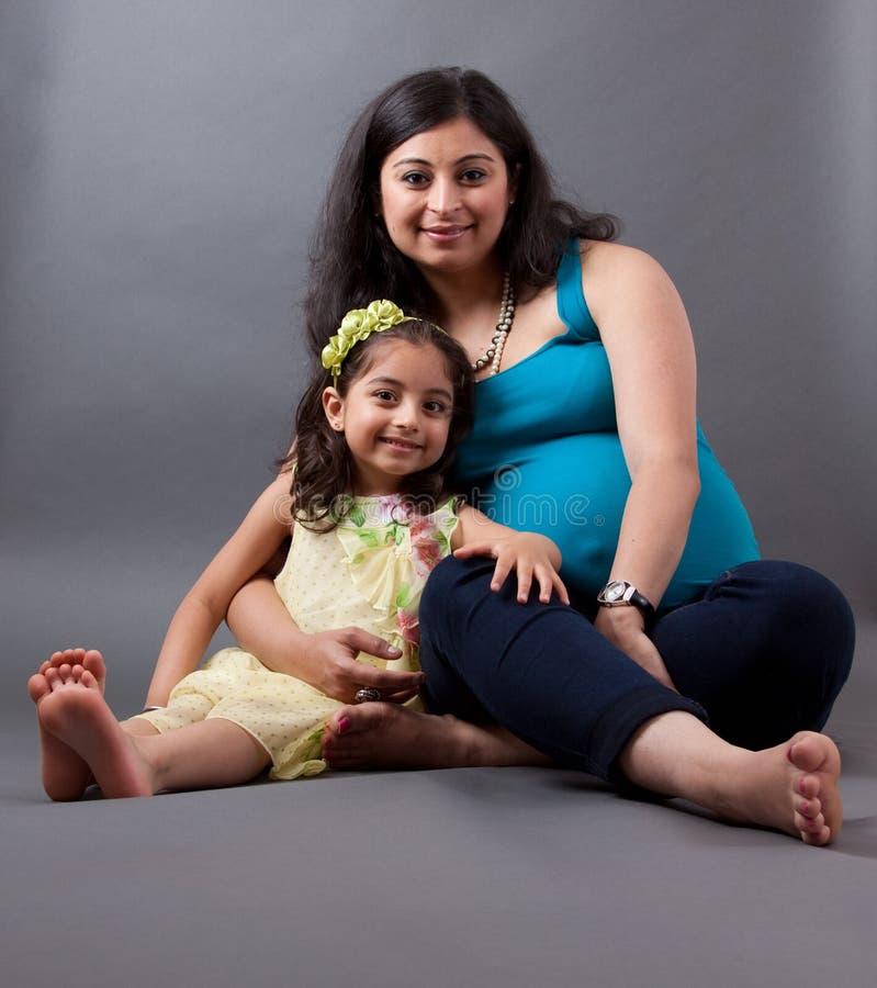 Mulher grávida do indiano do leste com sua filha fotos de stock royalty free