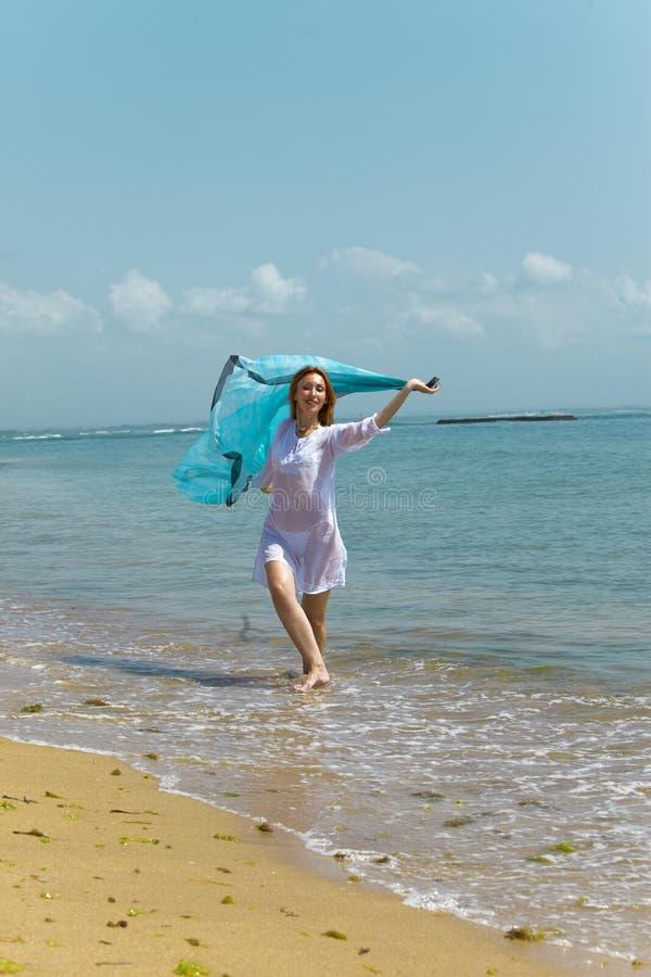 Mulher graciosa nova na túnica branca fotos de stock