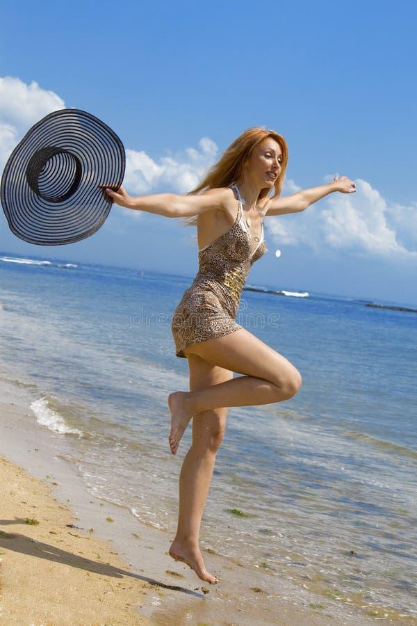 A mulher graciosa nova vai na costa do oceano com s imagem de stock royalty free