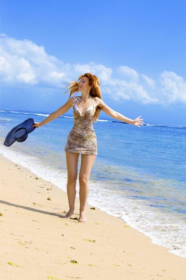 A mulher graciosa nova vai na costa do oceano com s imagens de stock