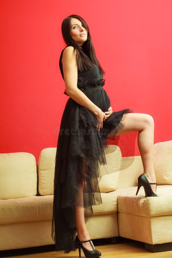 Mulher gravida à moda no preto imagem de stock royalty free