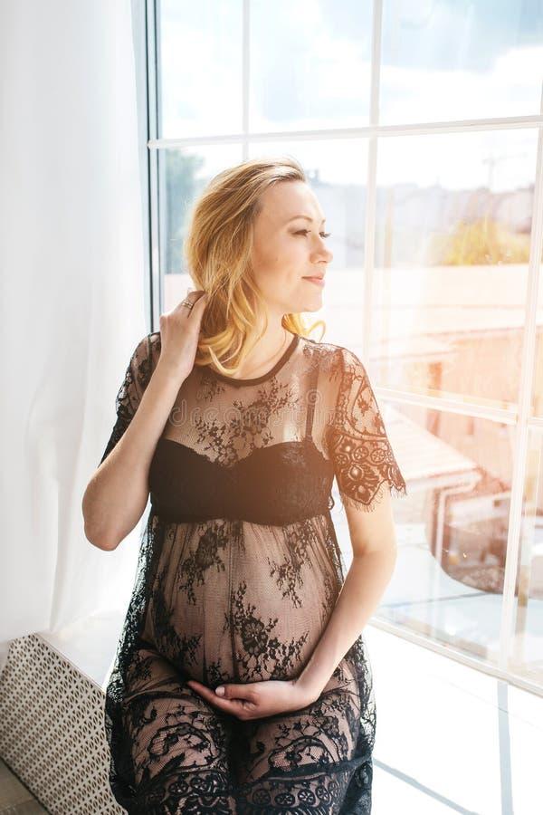 Mulher gravida adulta bonita Esperando o bebê Gravidez Cuidado, ternura, maternidade, parto fotos de stock royalty free