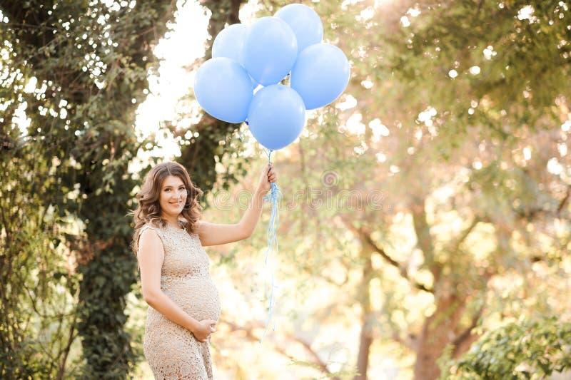 Mulher gravida ao ar livre fotografia de stock royalty free