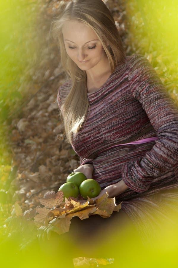 Mulher gravida bonita com maçã, imagem de stock