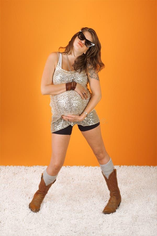Mulher gravida bonita de dança imagens de stock royalty free