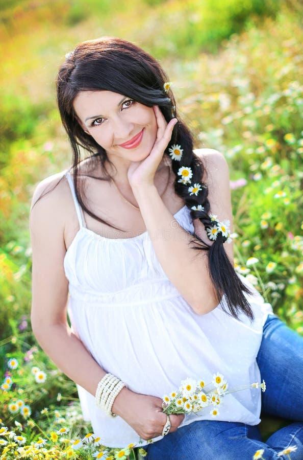Mulher gravida bonita do retrato imagens de stock royalty free