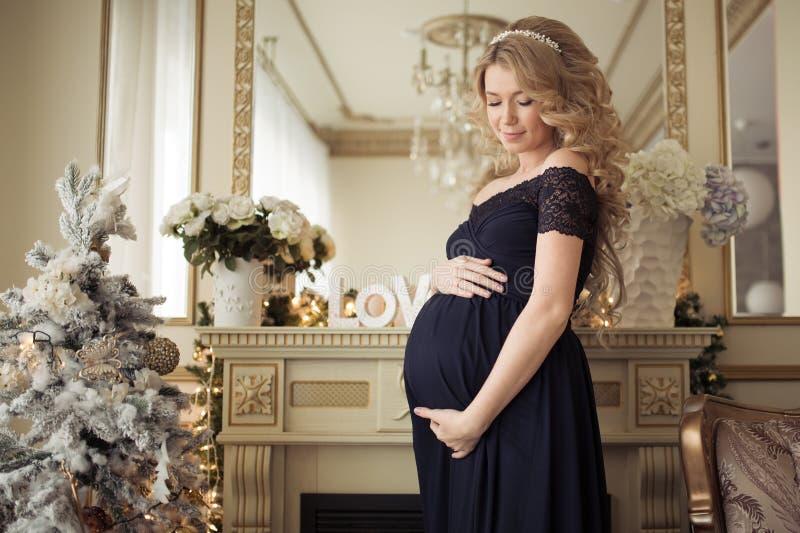 Mulher gravida bonita em um vestido do feriado foto de stock