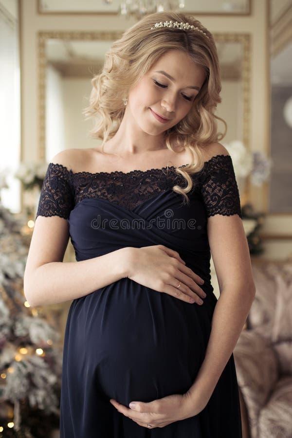 Mulher gravida bonita em um vestido do feriado foto de stock royalty free