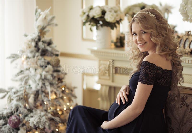 Mulher gravida bonita em um vestido do feriado fotos de stock royalty free