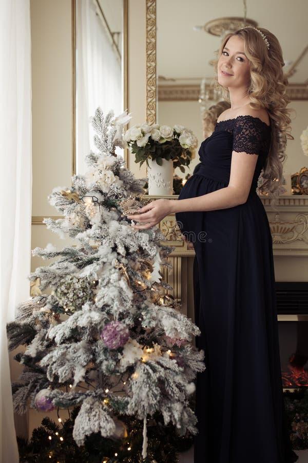 Mulher gravida bonita em um vestido do feriado fotos de stock