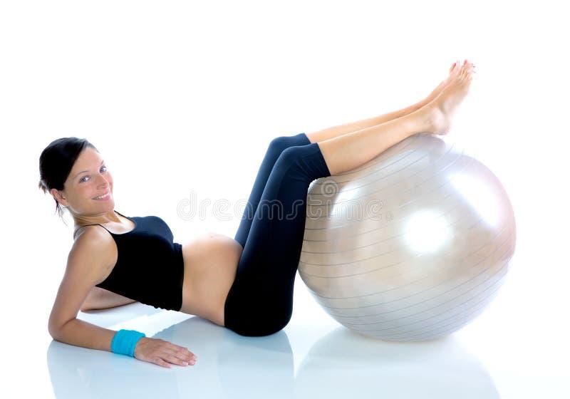 Mulher gravida bonita na ginástica da aptidão imagem de stock royalty free
