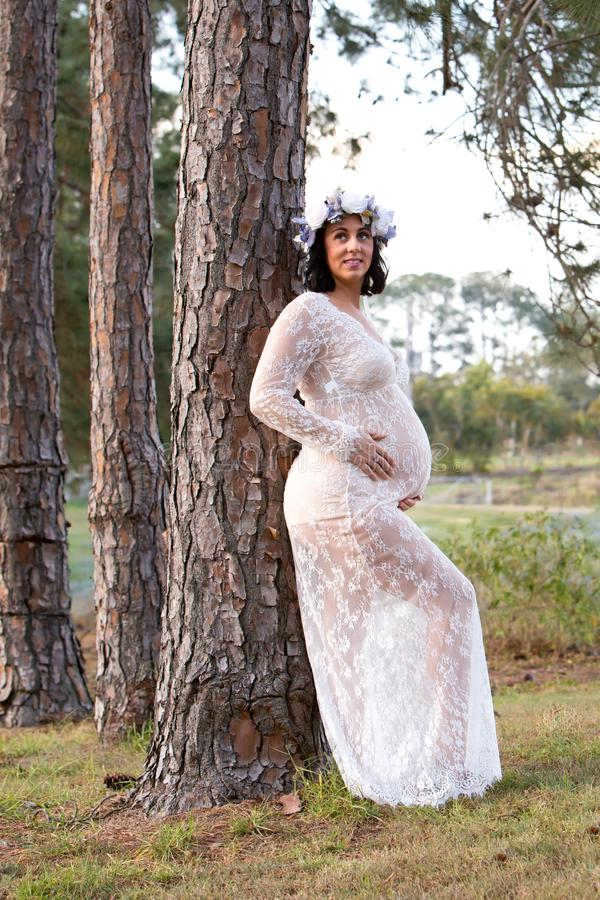 Mulher gravida bonita no vestido de maternidade do laço branco fora imagens de stock