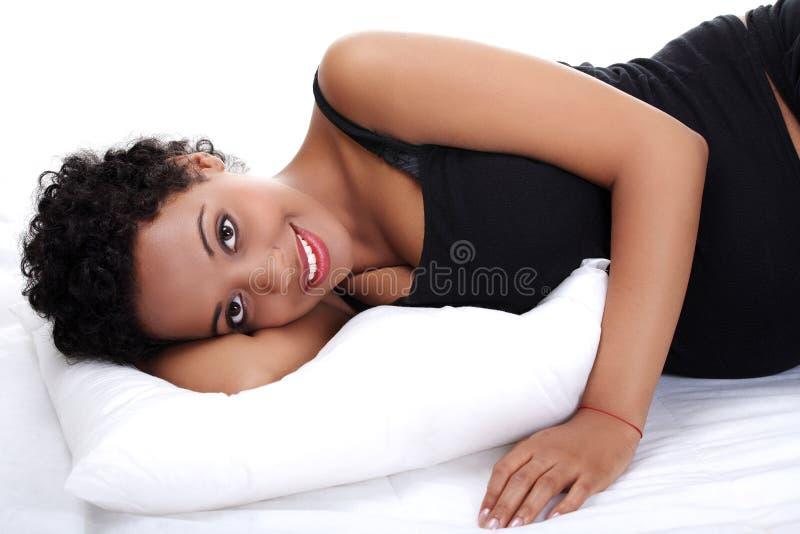 Mulher gravida bonita que encontra-se na cama fotografia de stock royalty free
