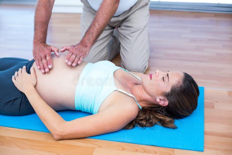Mulher gravida bonita que obtém o tratamento do reiki fotos de stock royalty free