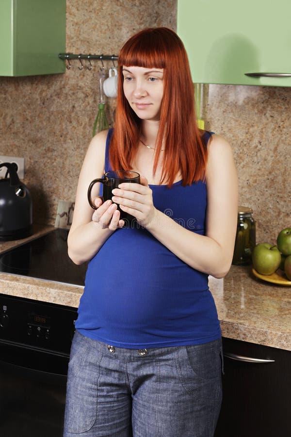 Mulher gravida calma com copo fotos de stock
