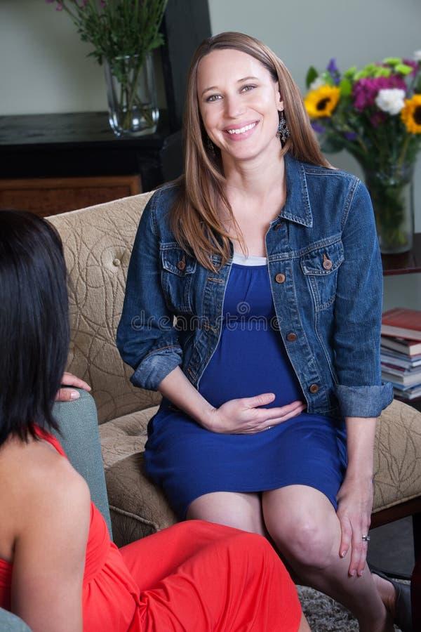 Mulher gravida com amigo imagens de stock