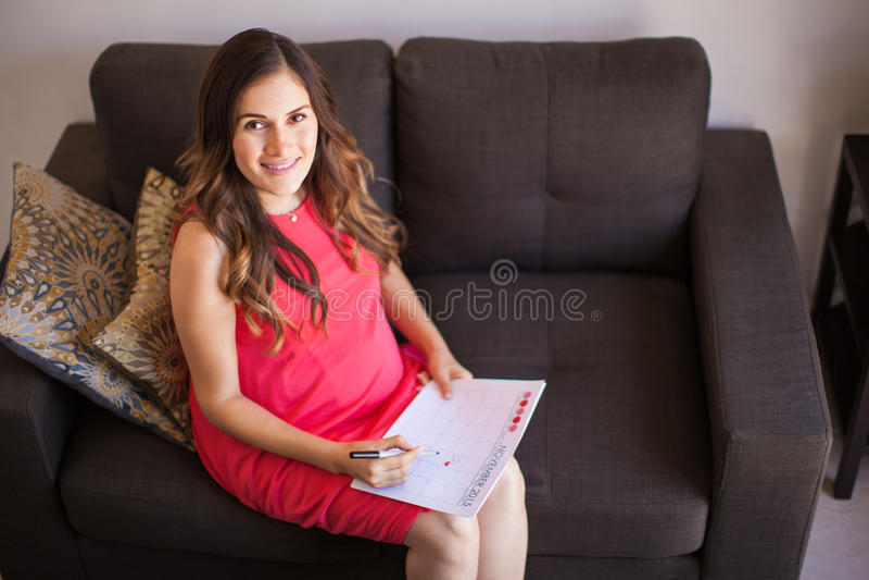 Mulher gravida com calendário imagem de stock